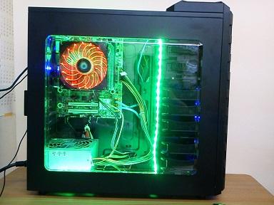 光るパソコン横